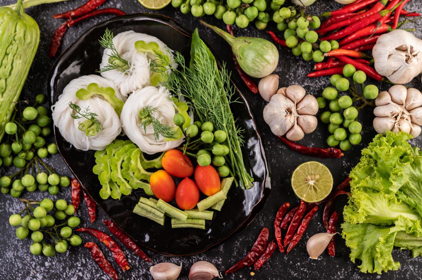 nouilles de riz aux haricots, tomates, melon et piments photo