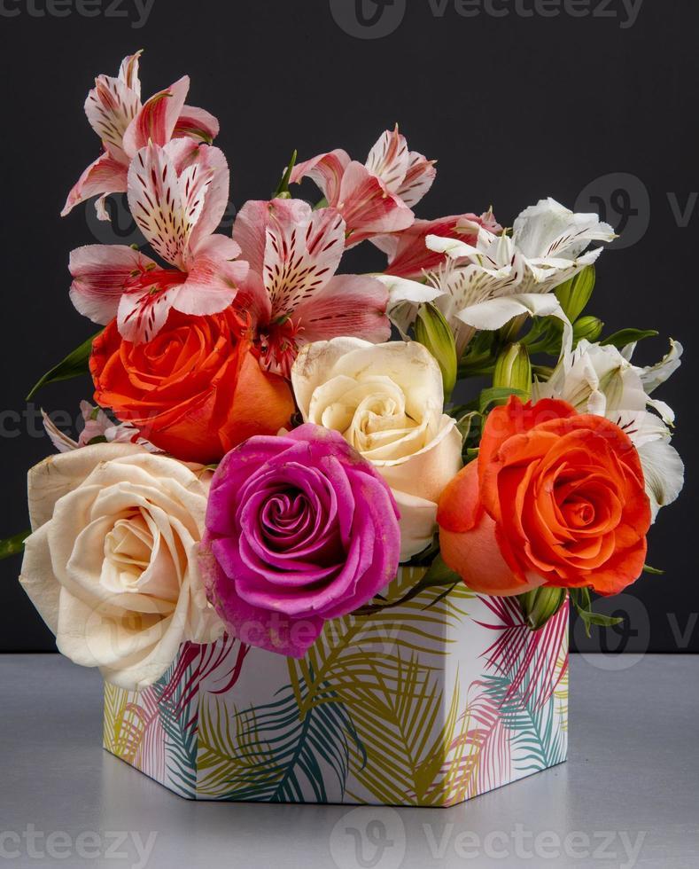 vase de fleurs colorées photo