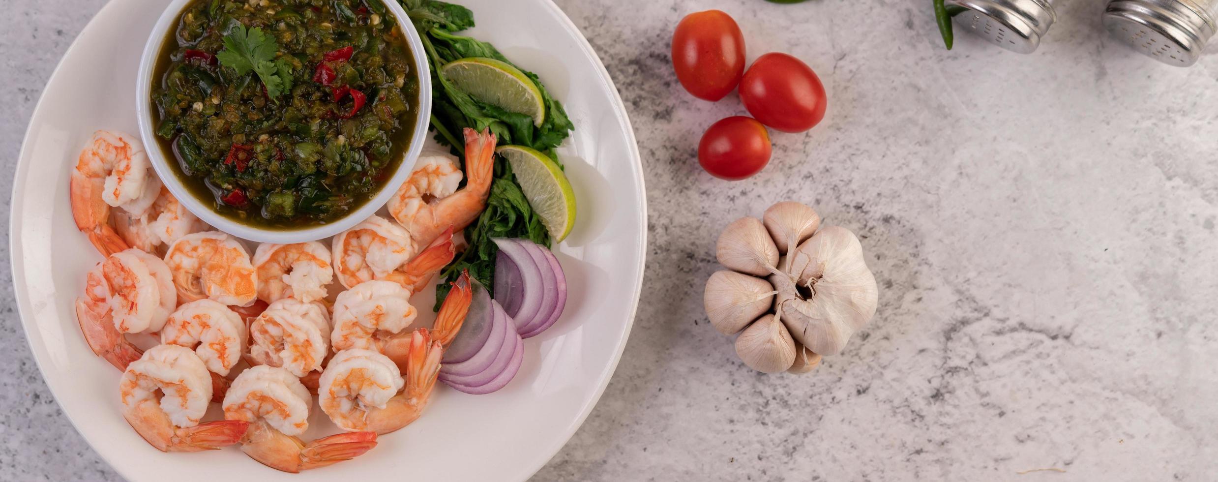 pose plate de crevettes cuites photo