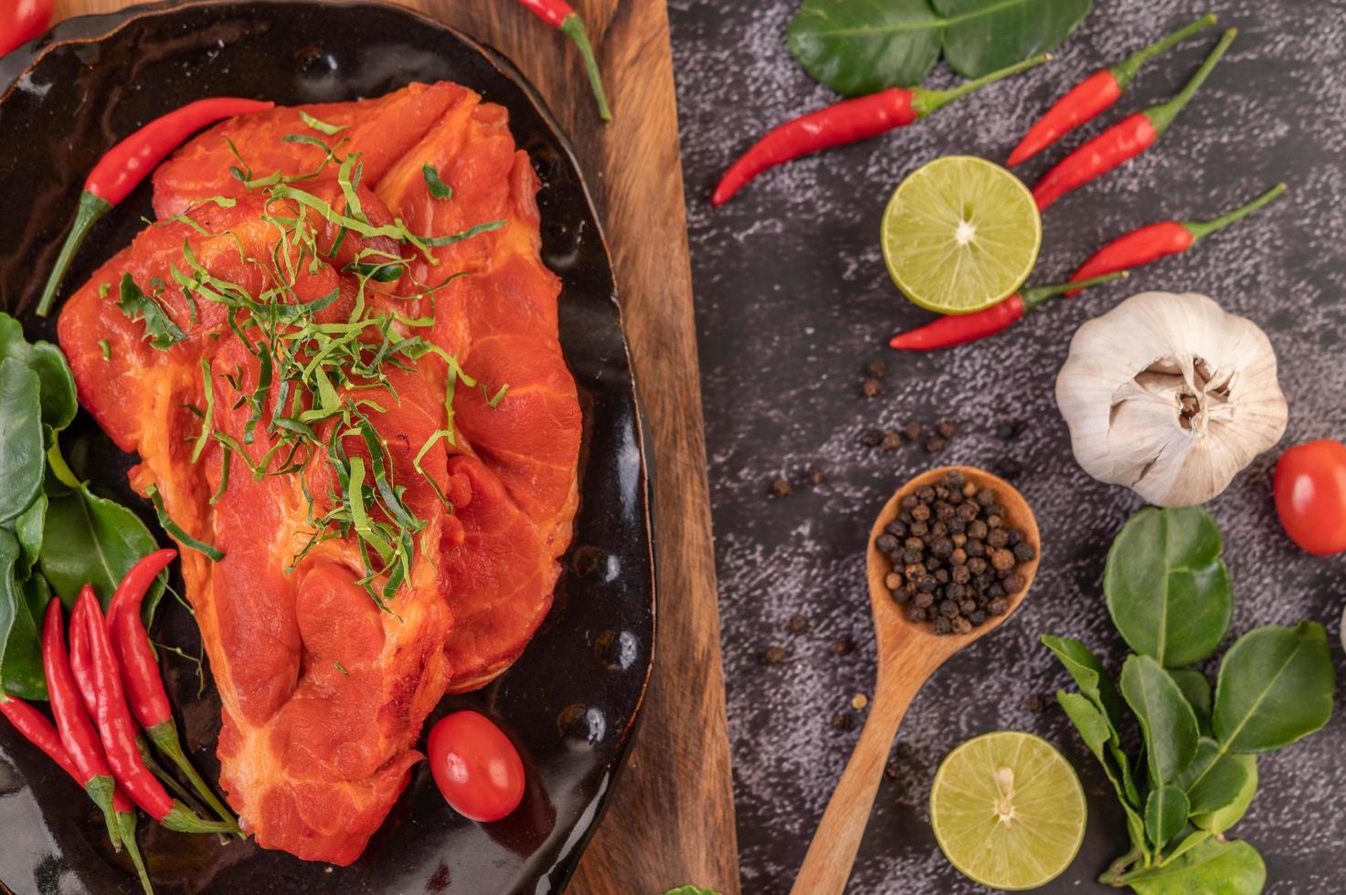 porc mariné aux piments photo