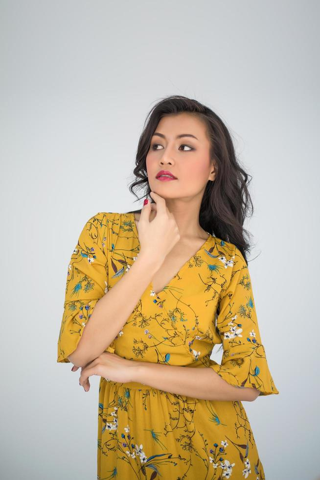 jeune femme portant une robe jaune photo