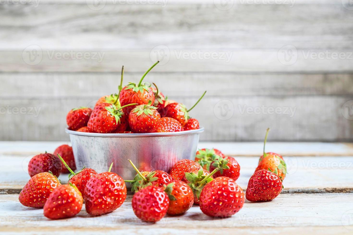 fraises dans un bol en métal photo