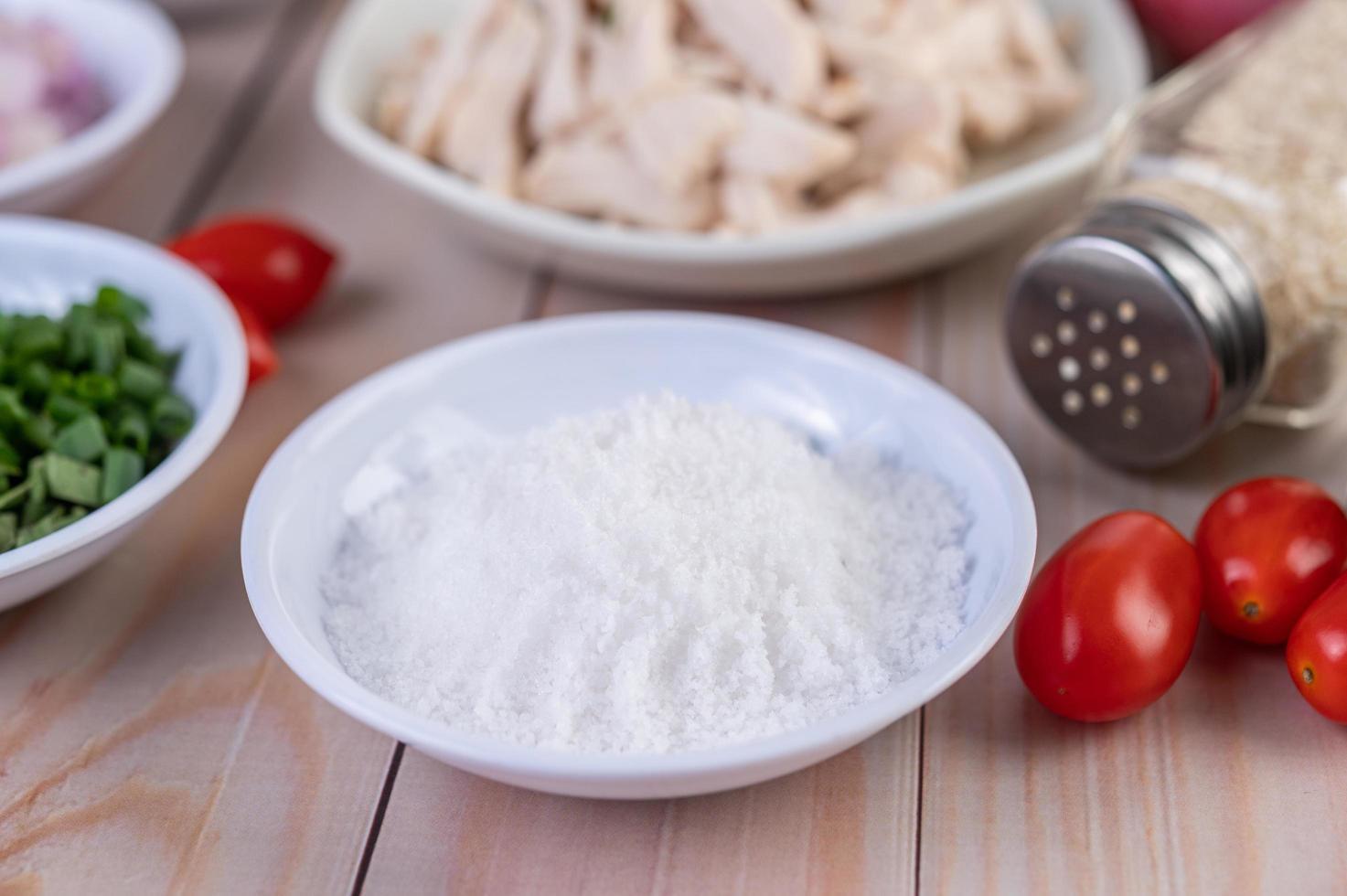 sel dans un plat blanc photo