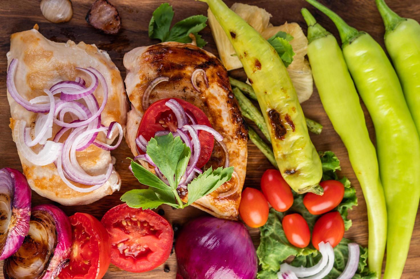 poulet et légumes grillés photo
