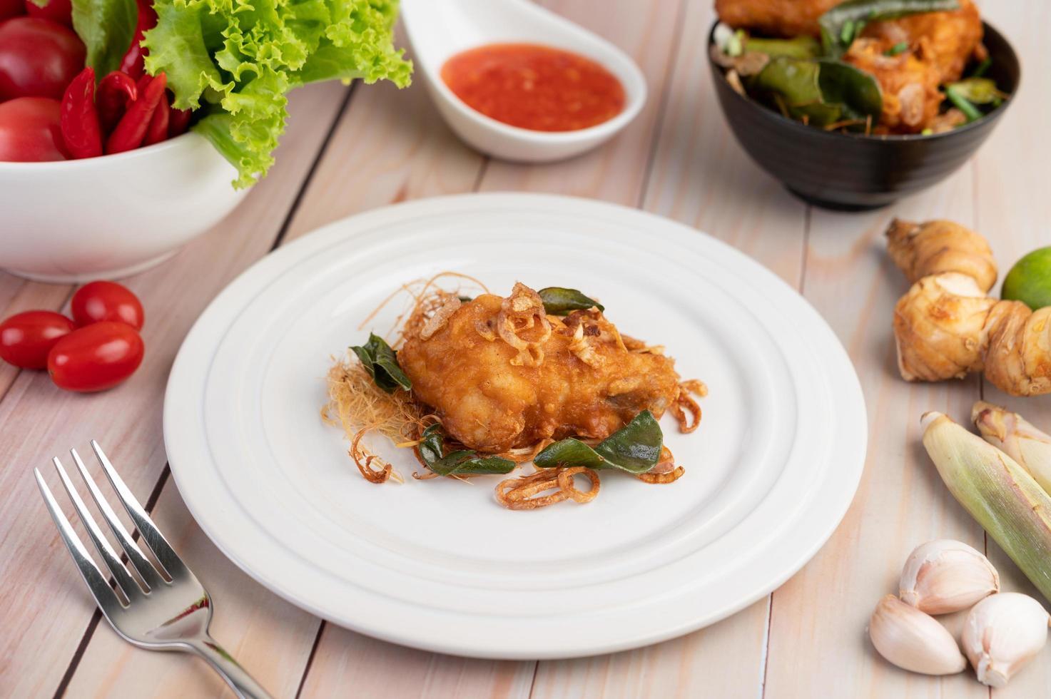 une assiette de poulet frit aux herbes photo