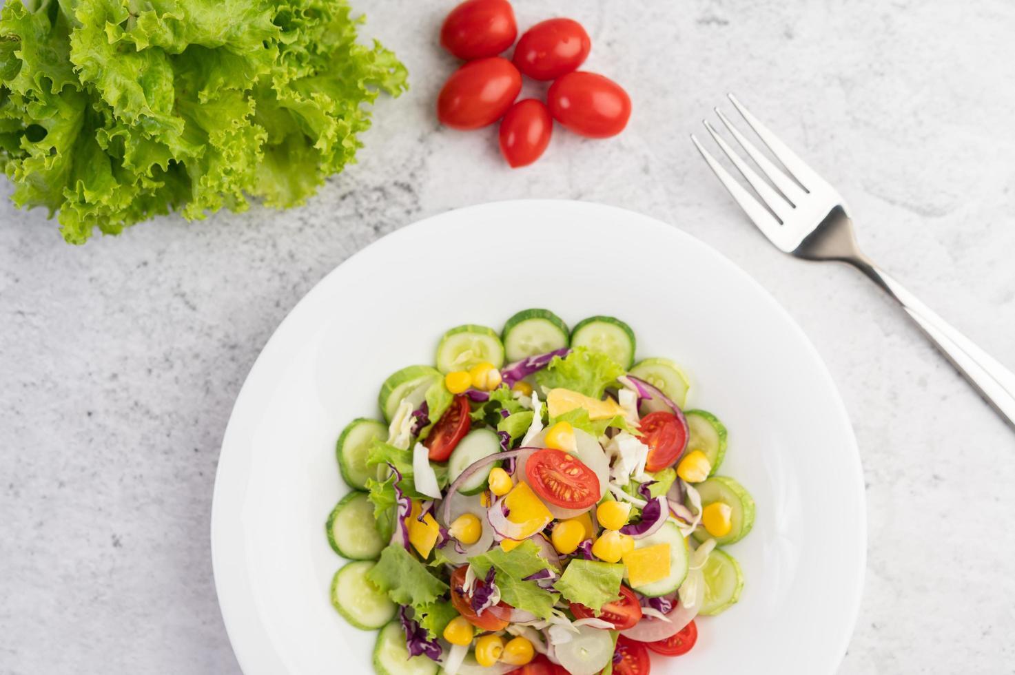 salade de légumes aux œufs durs photo