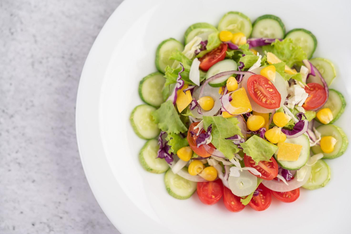salade de légumes dans un plat blanc photo