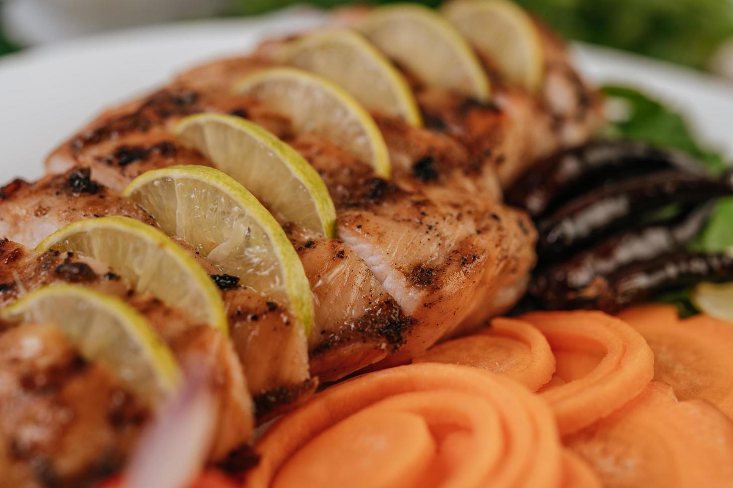 poulet gourmet grillé en tranches photo