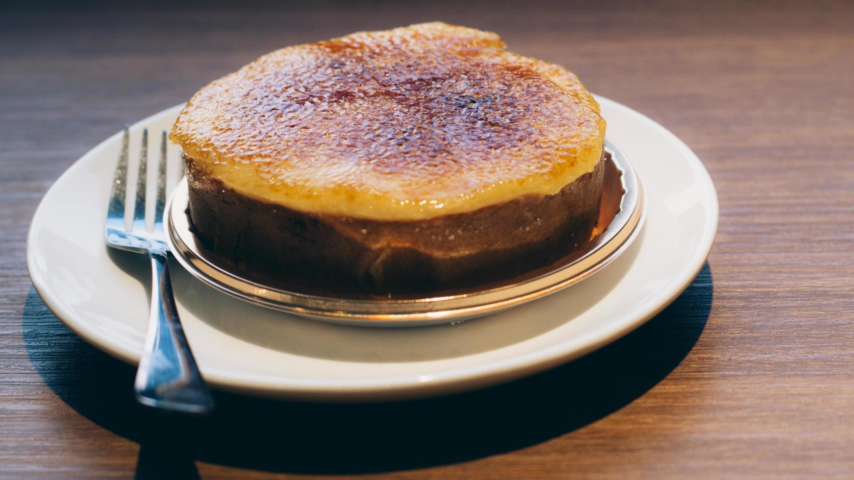 flan caramélisé sur une assiette photo