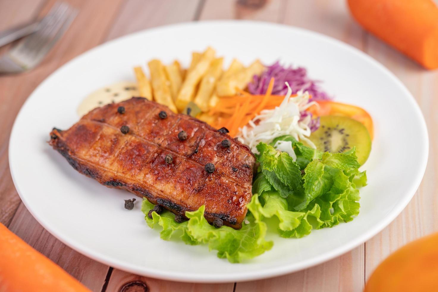 steak de poisson avec frites et salade photo