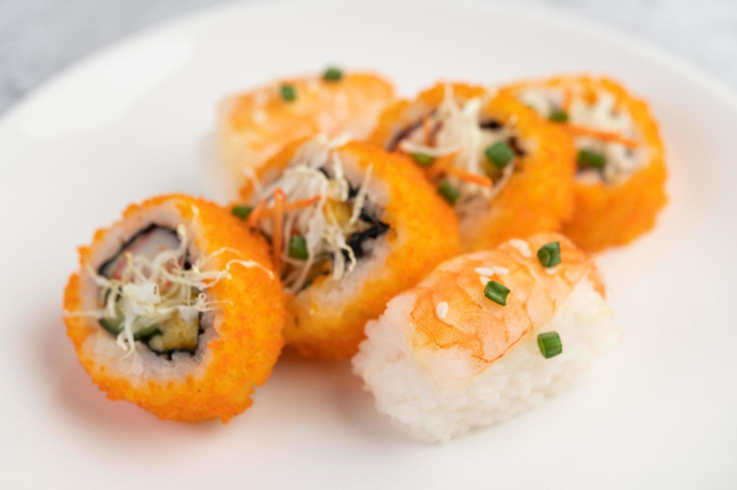 rouleaux de sushi assortis photo