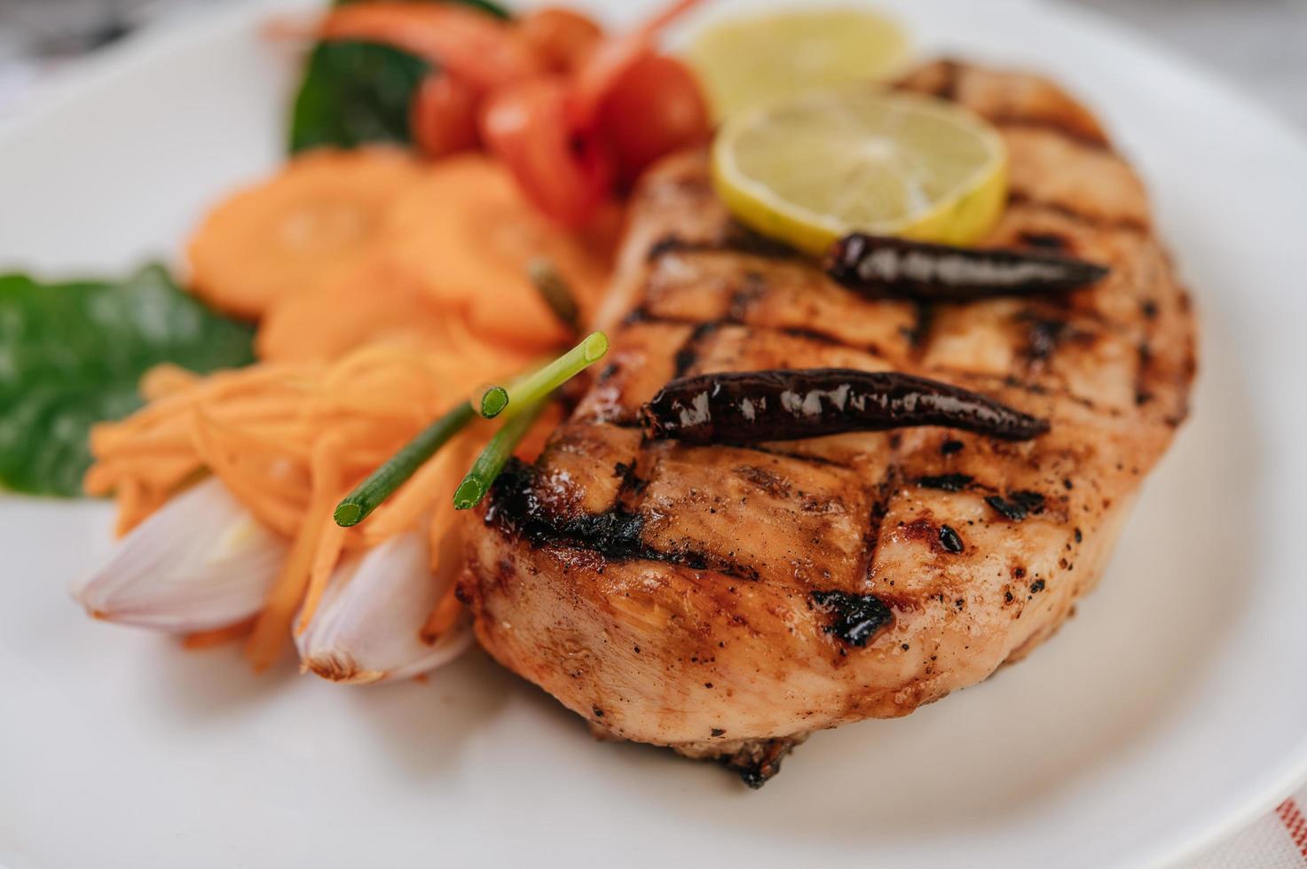 steak de poulet aux légumes photo