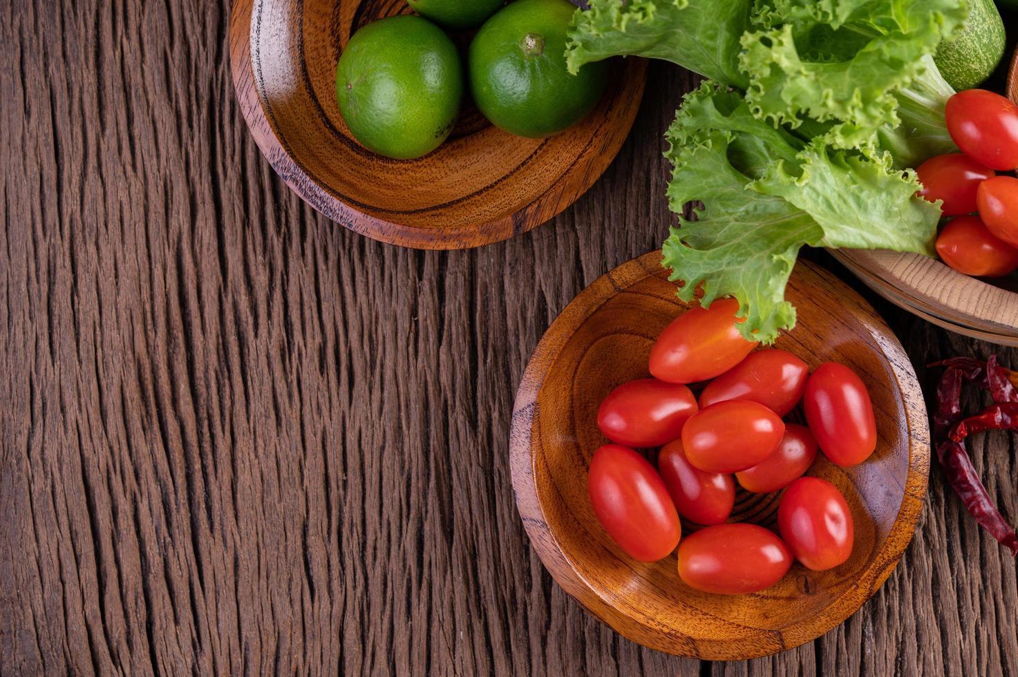 sucre de palme, oignons rouges, poivrons séchés, tomates, concombres, haricots longs et laitue photo