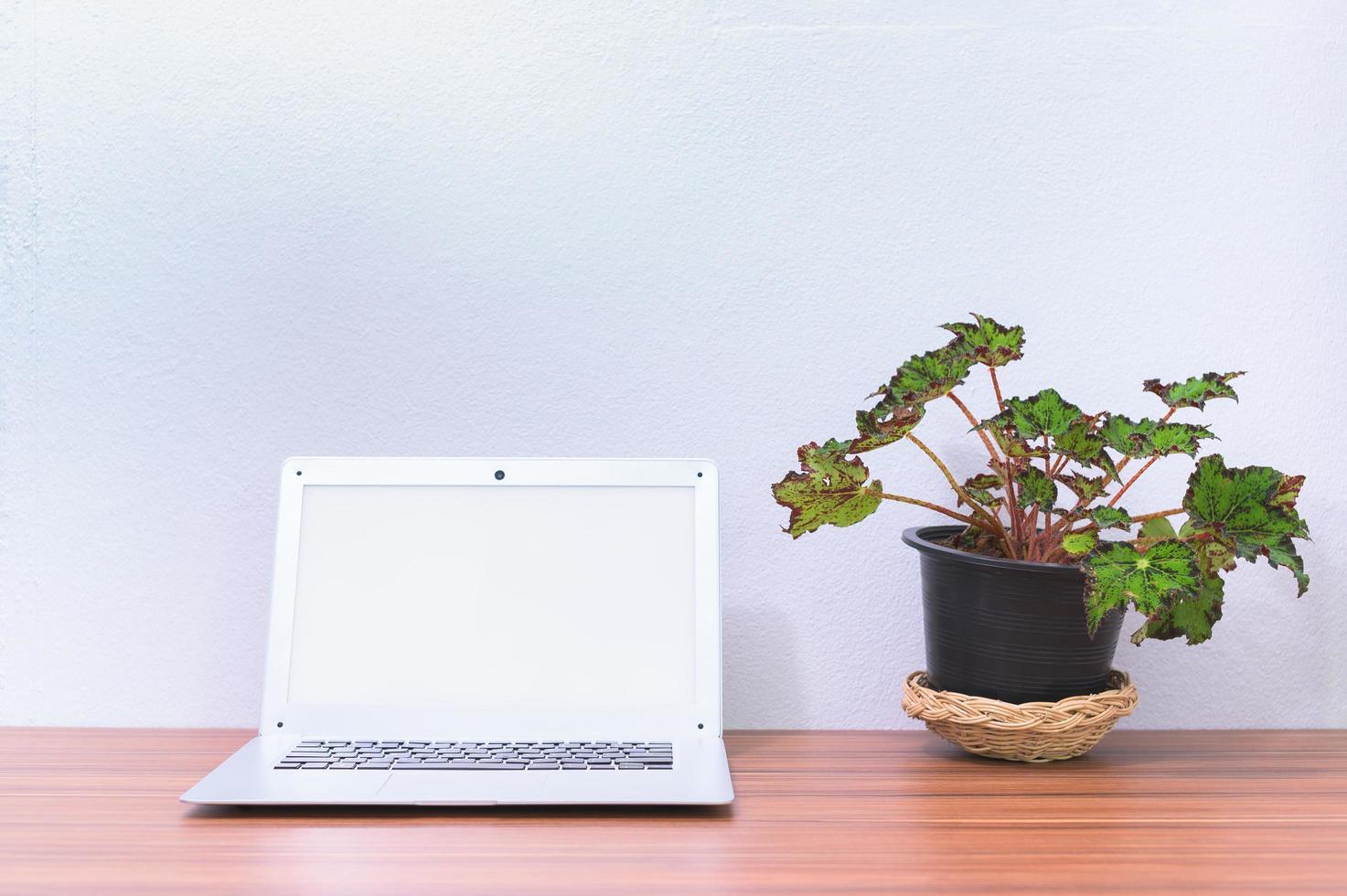 ordinateur portable sur le bureau photo