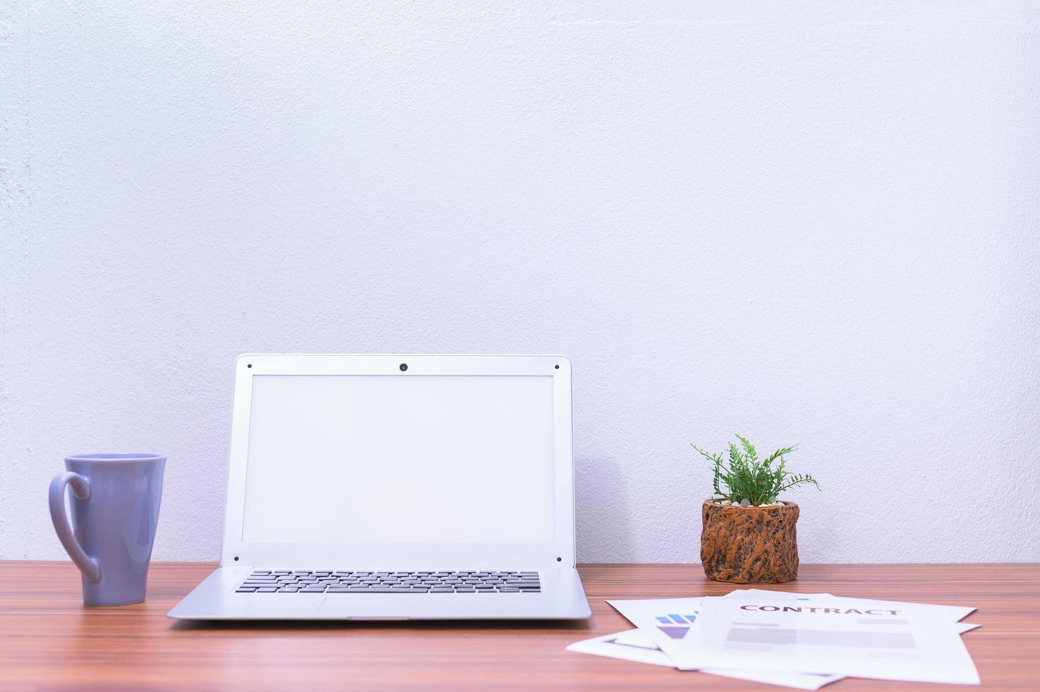 ordinateur portable et fleur sur le bureau photo
