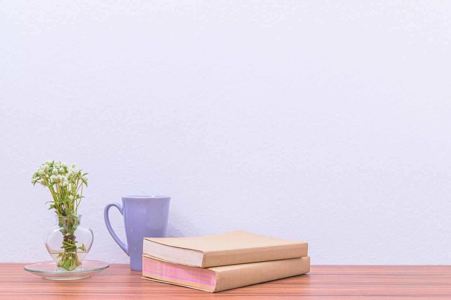 livres et fleur sur le bureau photo