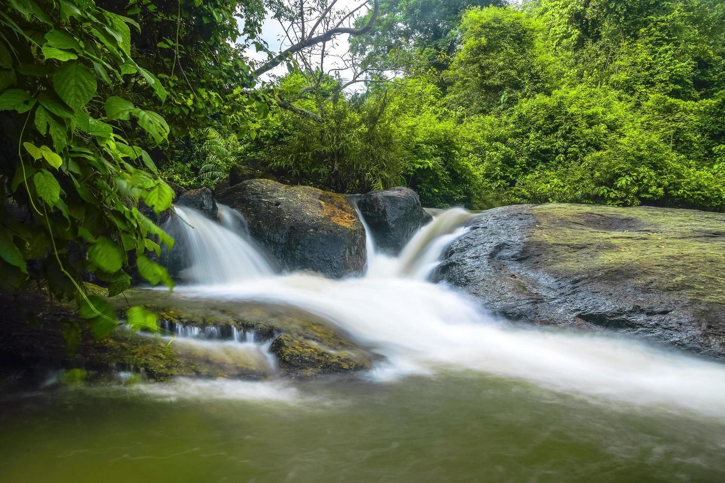 Cascade de Nang Rong en Thaïlande photo