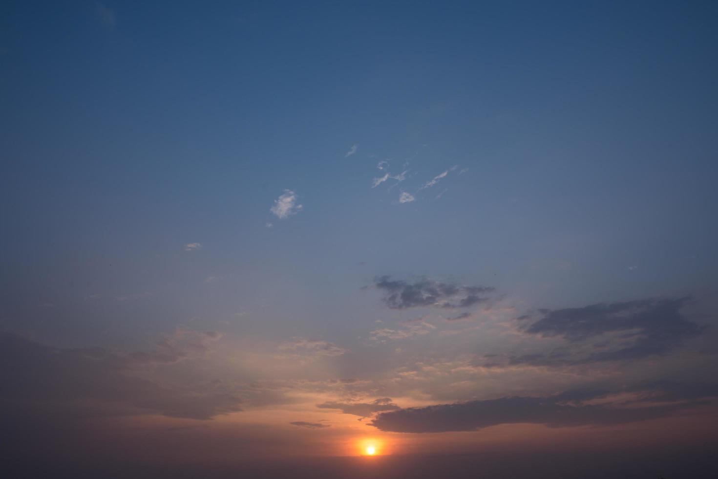 le ciel et les nuages au coucher du soleil photo