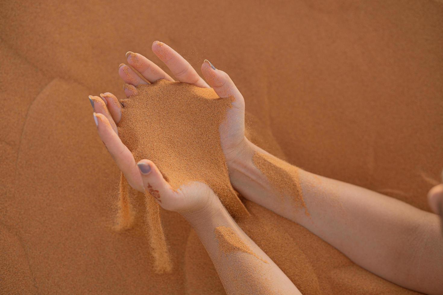 les mains dans le sable photo