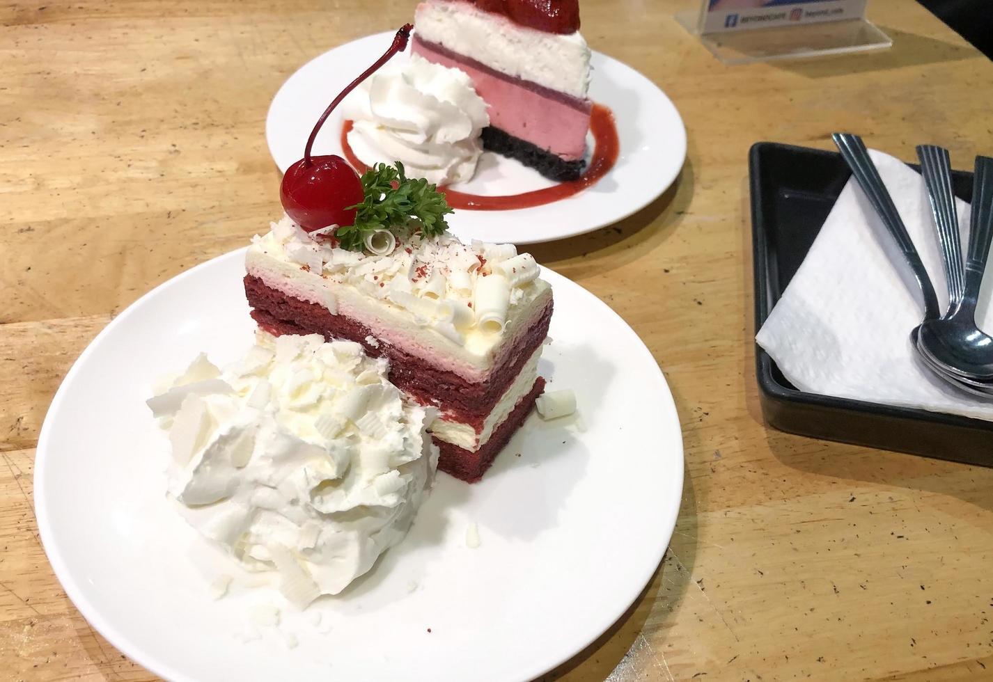 gâteau au fromage rouge velours avec chantilly photo