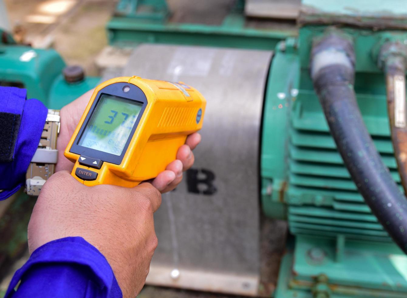 mesurer la température du moteur avec un thermomètre infrarouge photo
