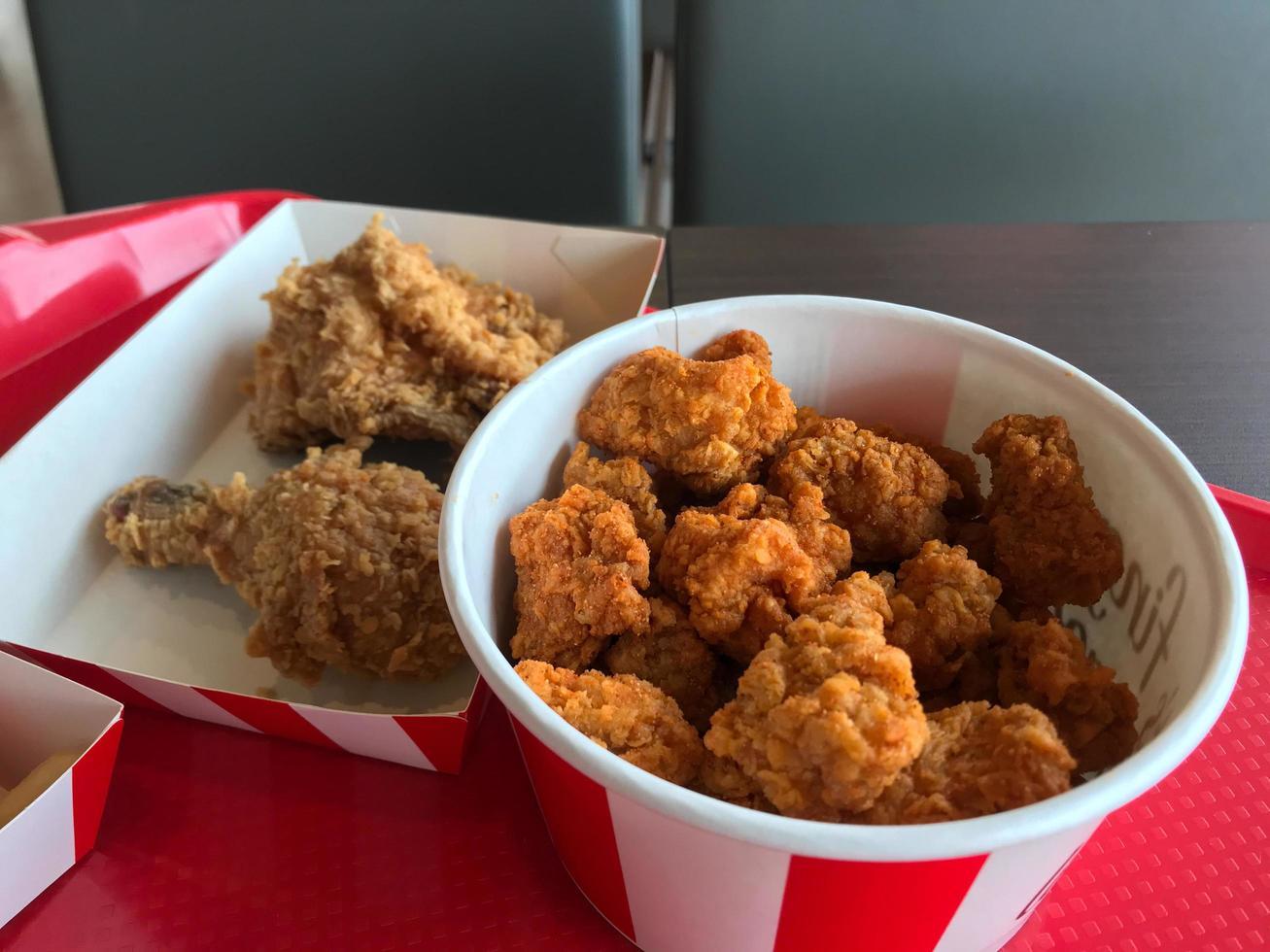 seau avec poulet frit dedans photo