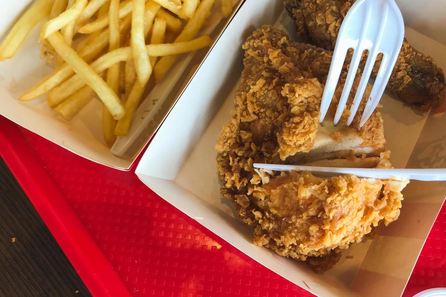 Personne coupant du poulet frit photo