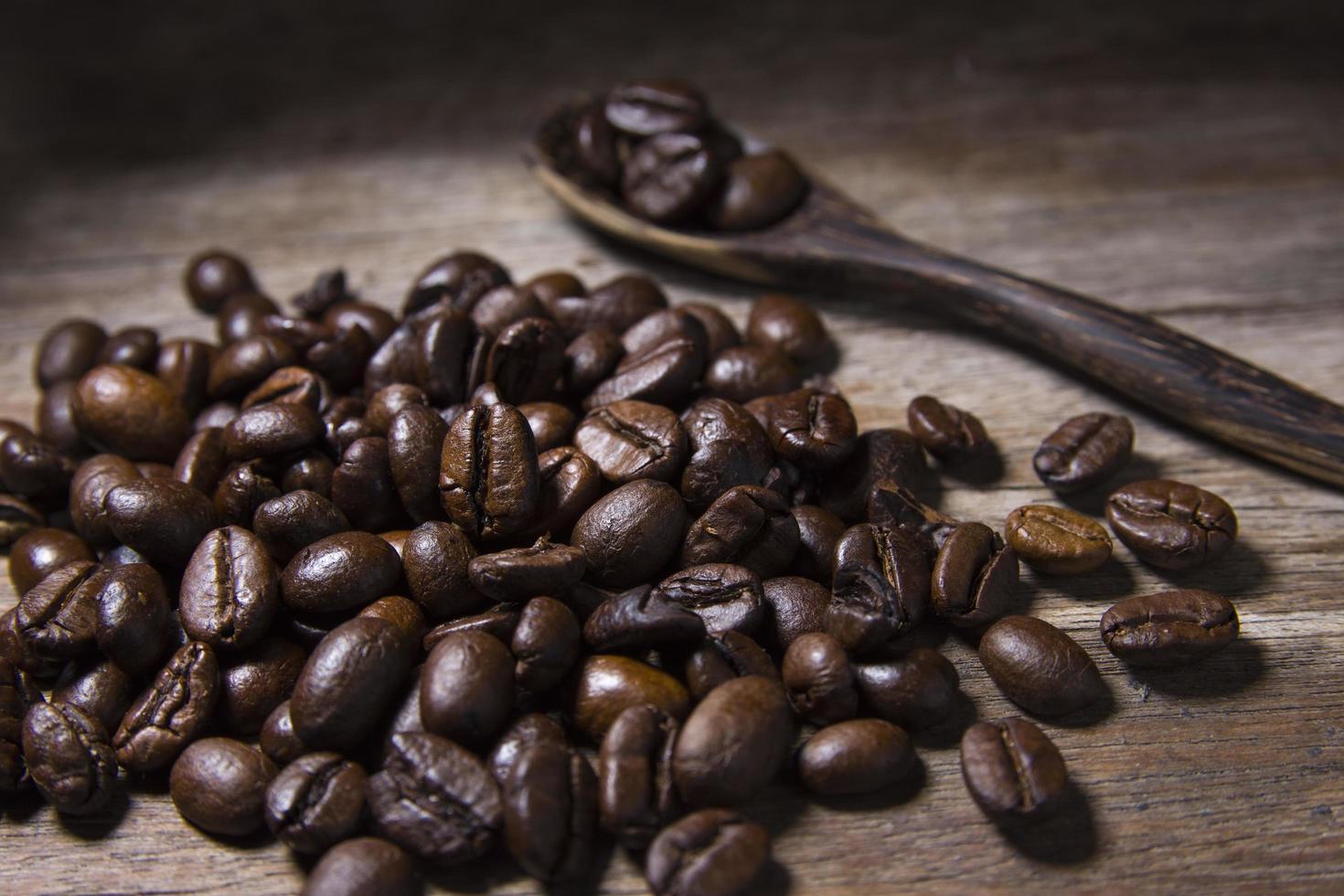 grains de café torréfiés et cuillère en bois photo