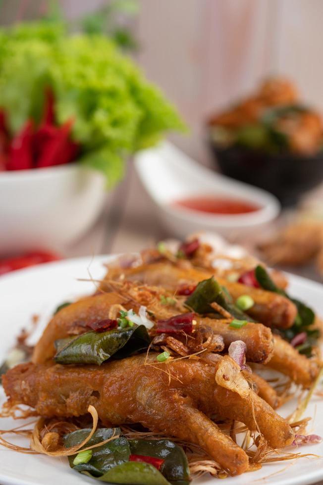 pattes de poulet frit aux herbes photo