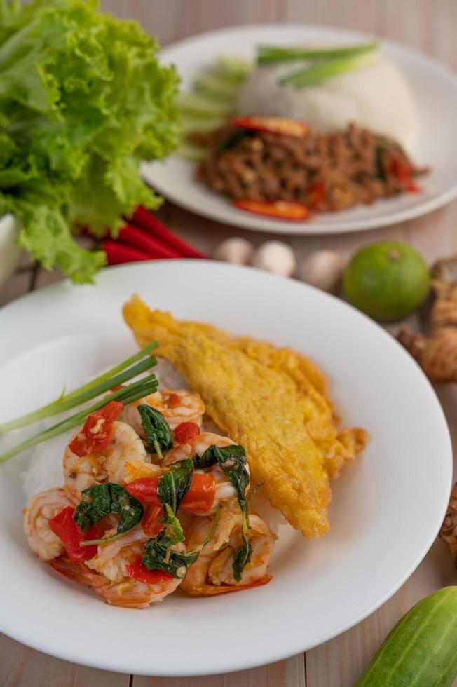 riz garni de crevettes et omelette photo