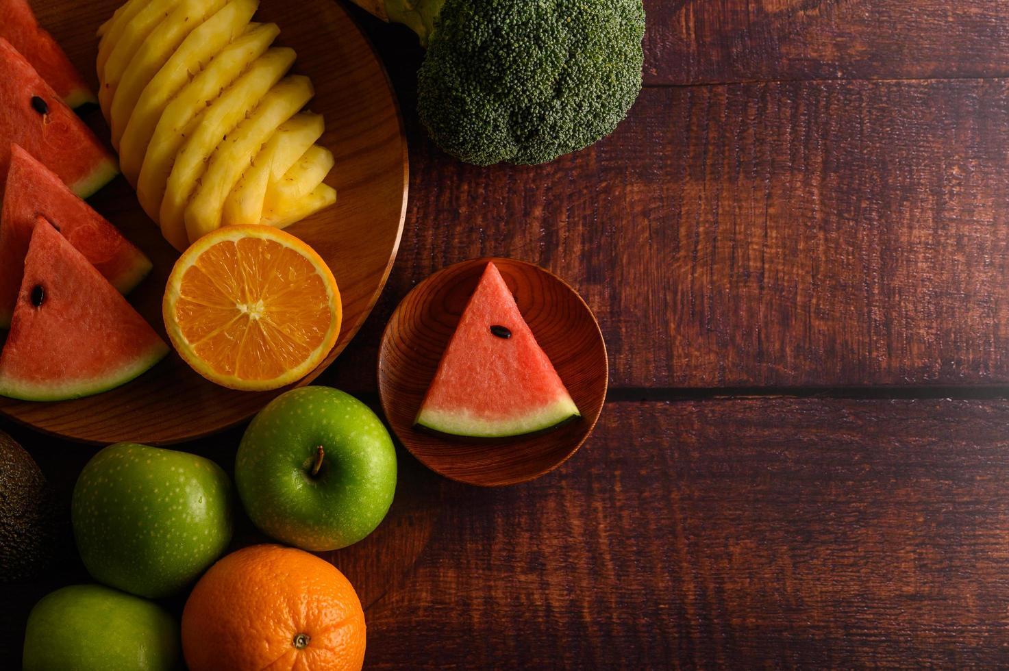 pastèque colorée, ananas, oranges à l'avocat et aux pommes photo