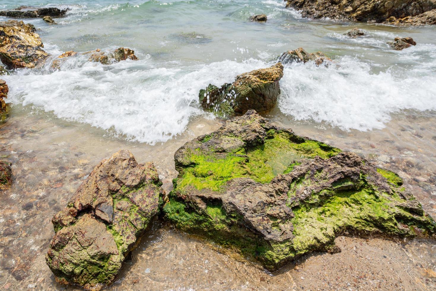 roches sur une plage en thaïlande photo