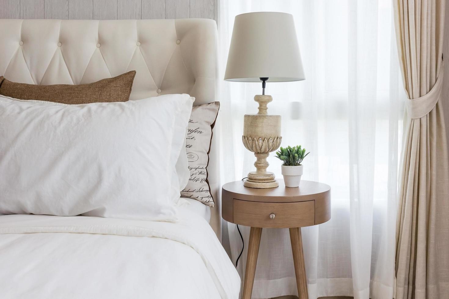 table de chevet avec une lampe photo