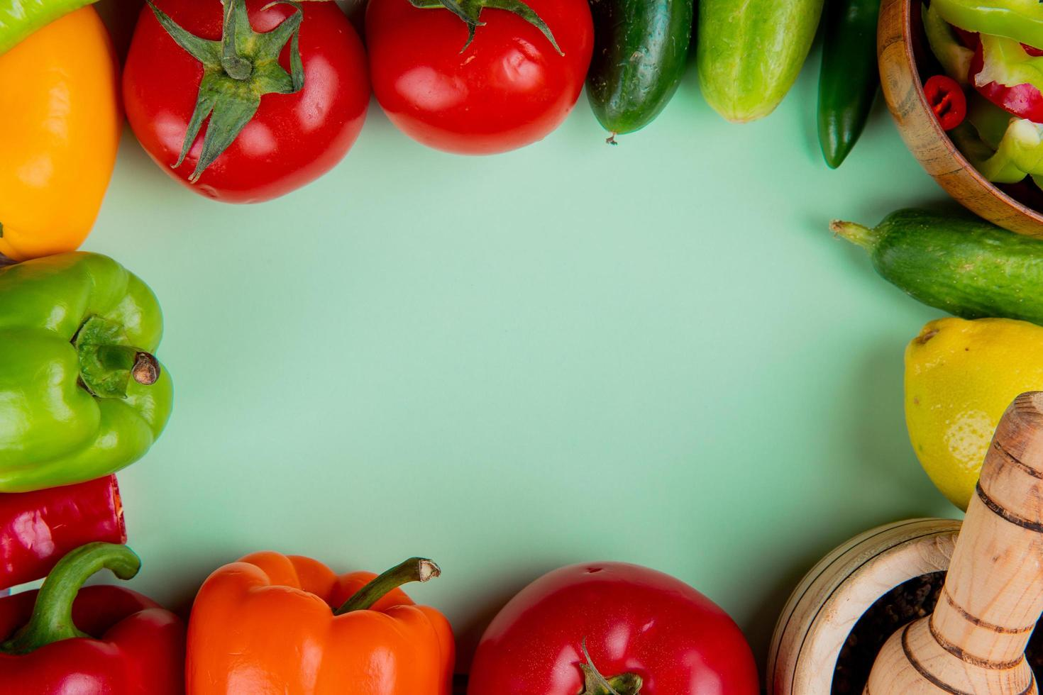 vue de dessus des légumes sur fond vert photo