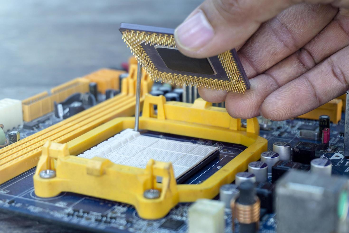 technicien mise à niveau de l'ordinateur cpu photo