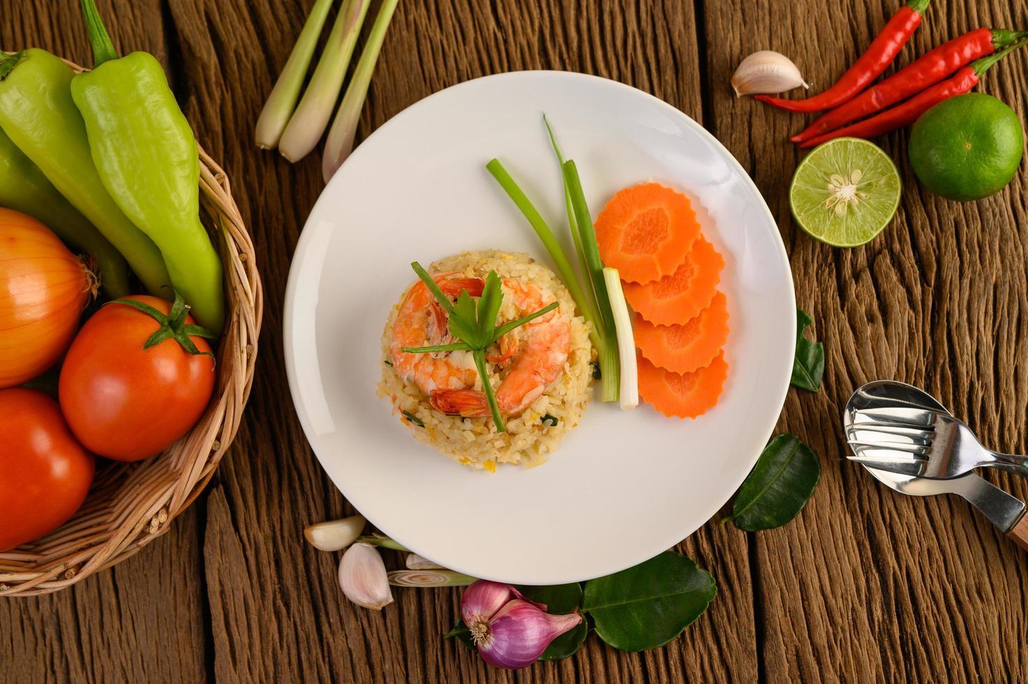 riz frit aux crevettes sur un plateau blanc photo