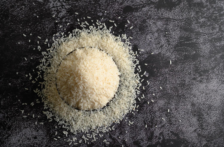 riz moulu dans un bol noir photo