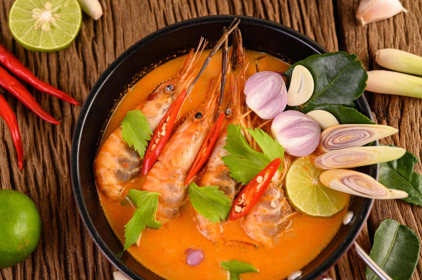 Soupe épicée thaïlandaise appelée tom yum kung aux crevettes photo