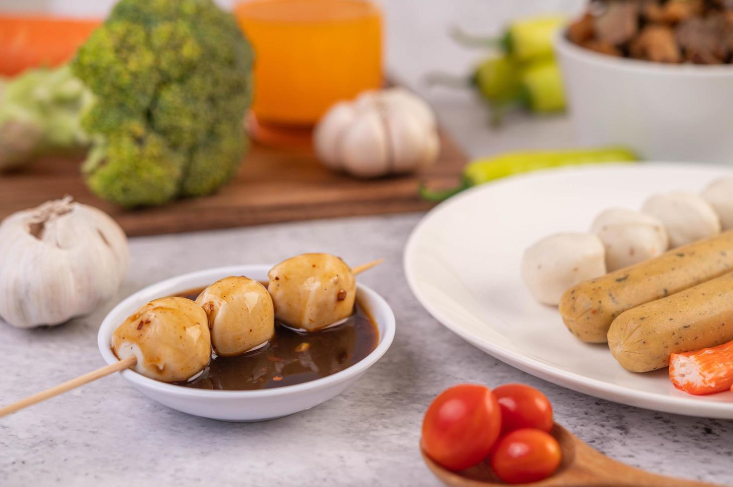 brochettes de boulettes de porc photo