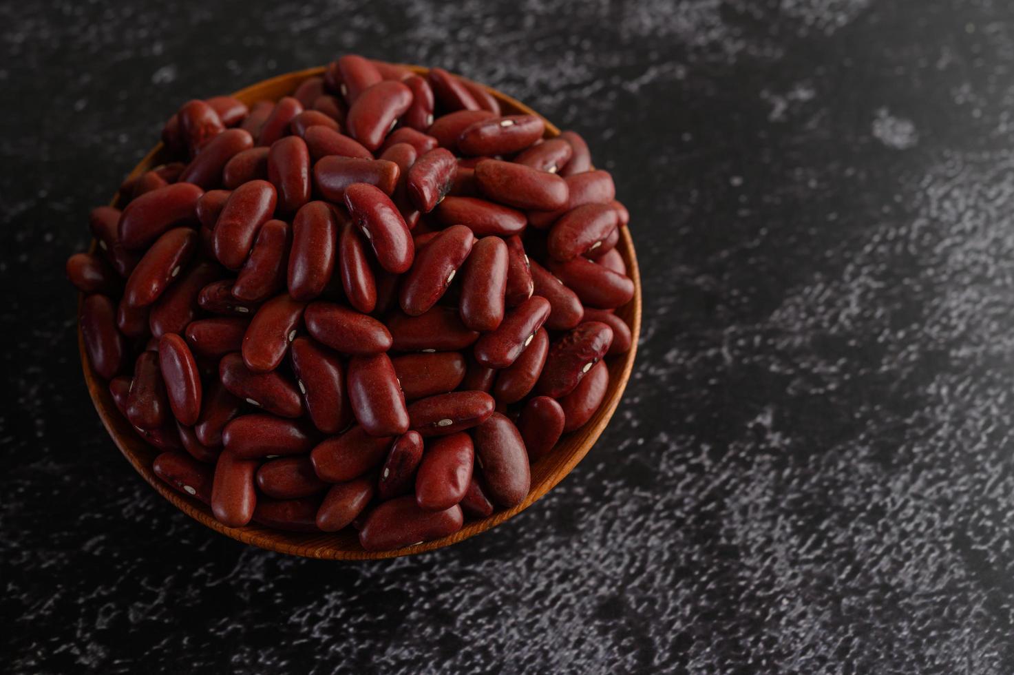 haricots rouges dans un bol en bois photo
