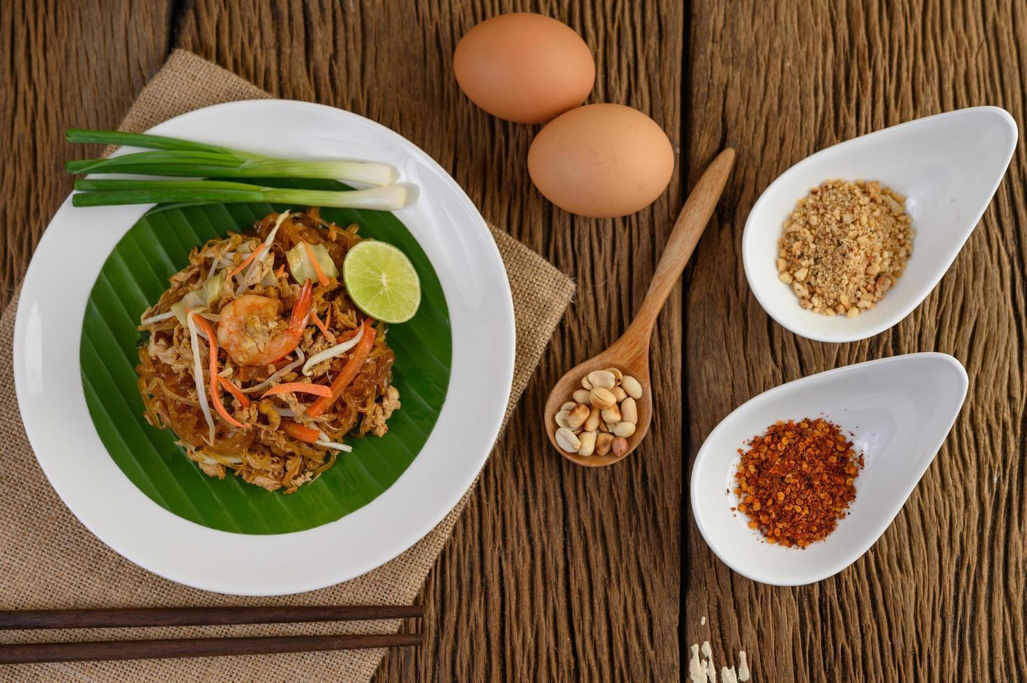 Assiette de crevettes pad thai au citron vert et oeufs photo