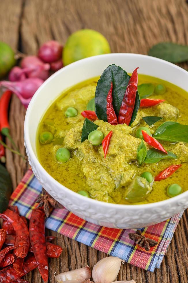 curry vert aux limes, oignon rouge, citronnelle, ail et feuilles de kaffir photo
