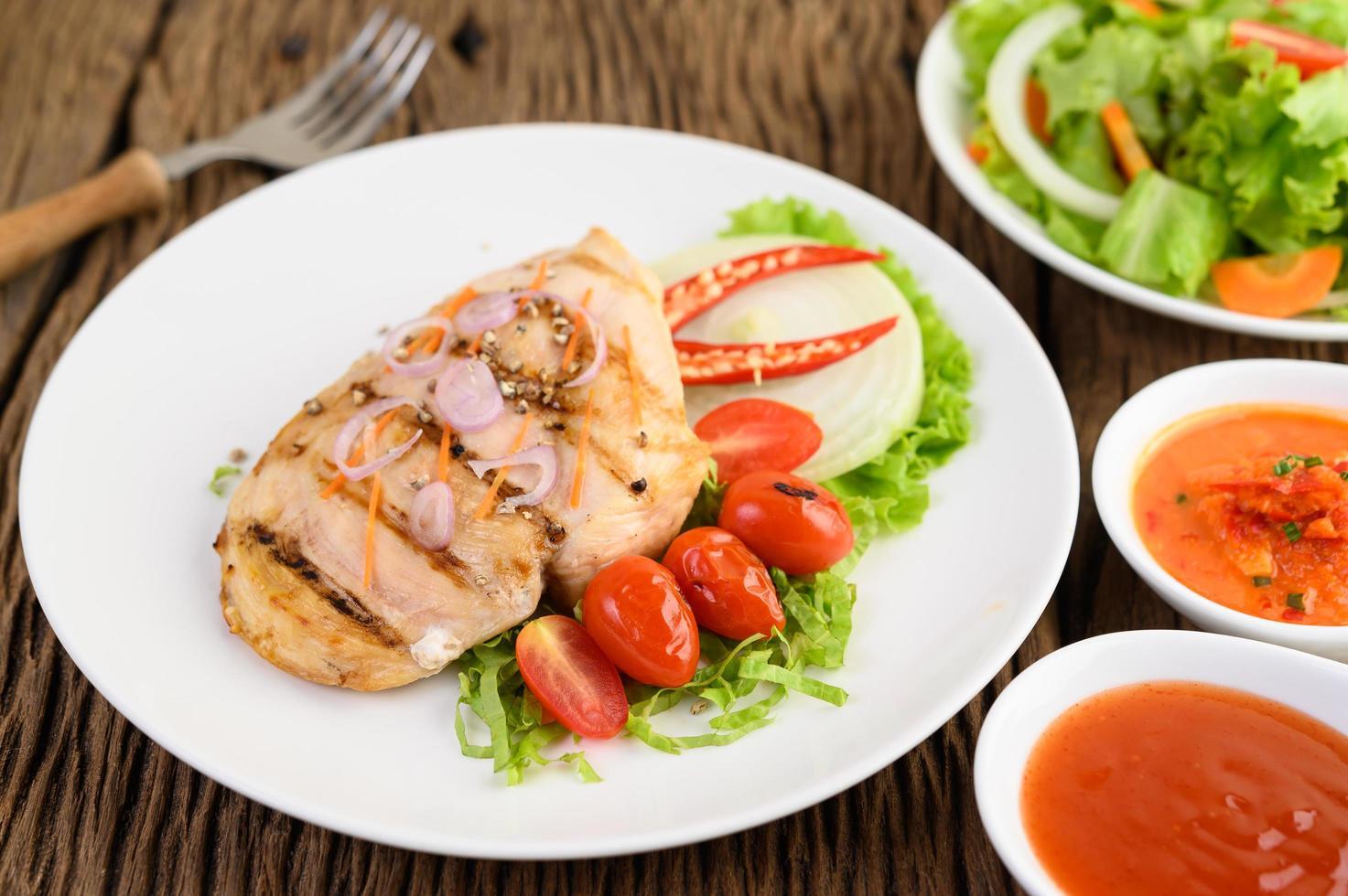 poulet grillé avec légumes grillés et salade photo