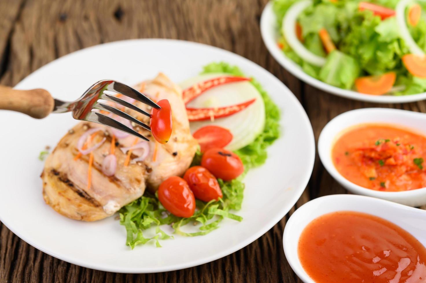 poulet grillé avec salade photo