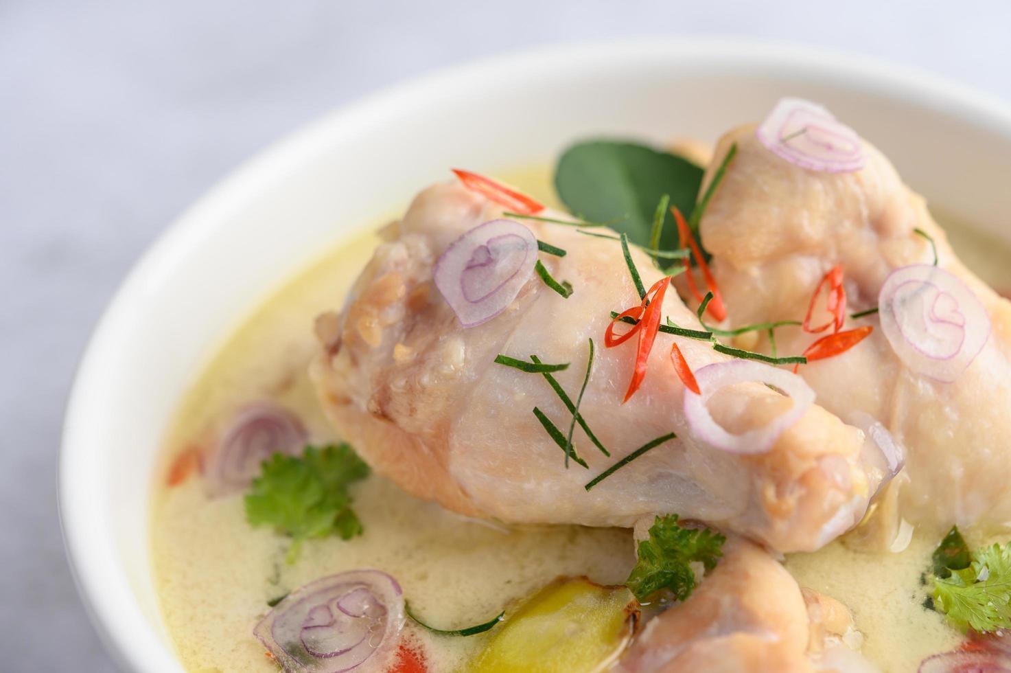 Tom kha kai, soupe de noix de coco thaï sur fond neutre photo