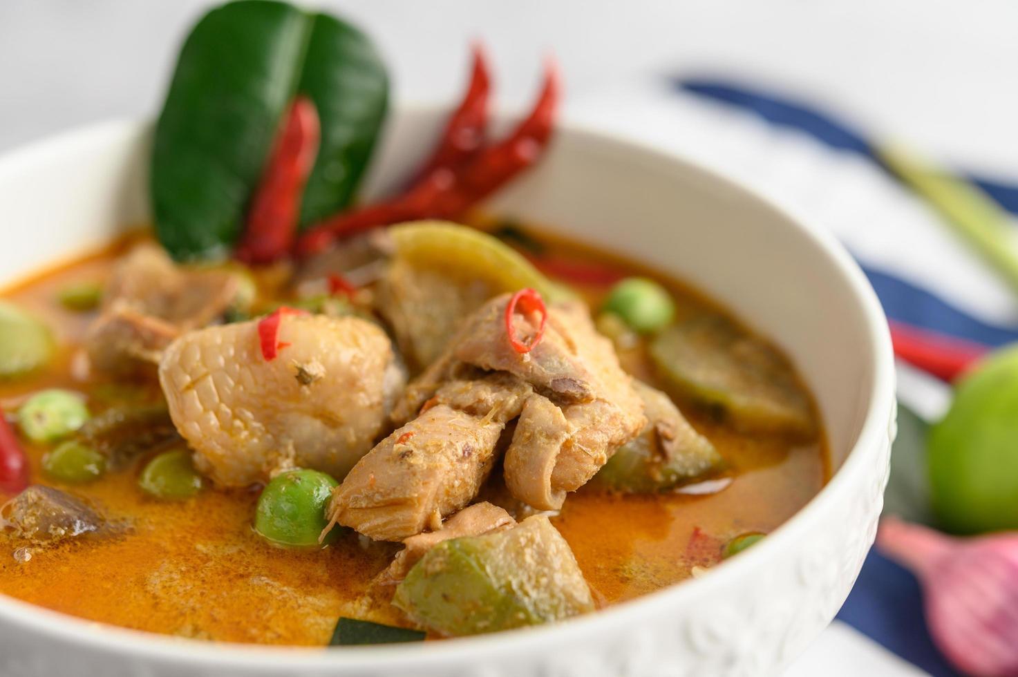 poulet épicé sauté aux aubergines thaïlandaises photo