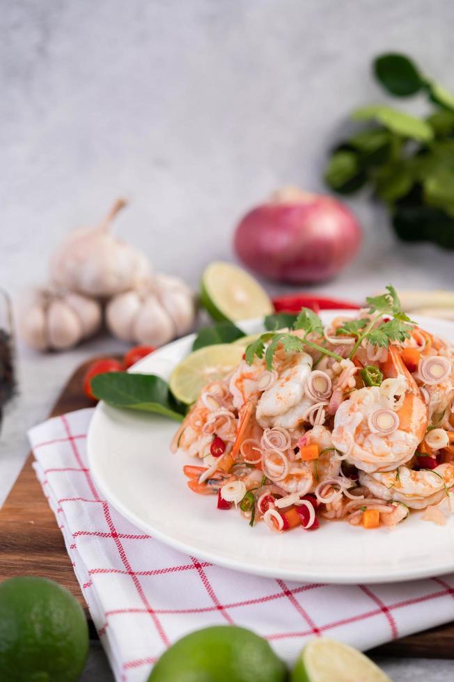 salade thaï épicée aux crevettes photo