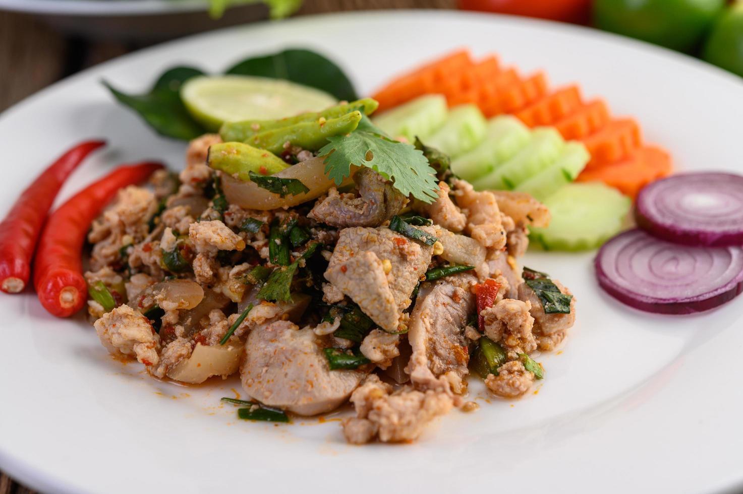 Salade de porc émincé aux épices sur une table en bois photo