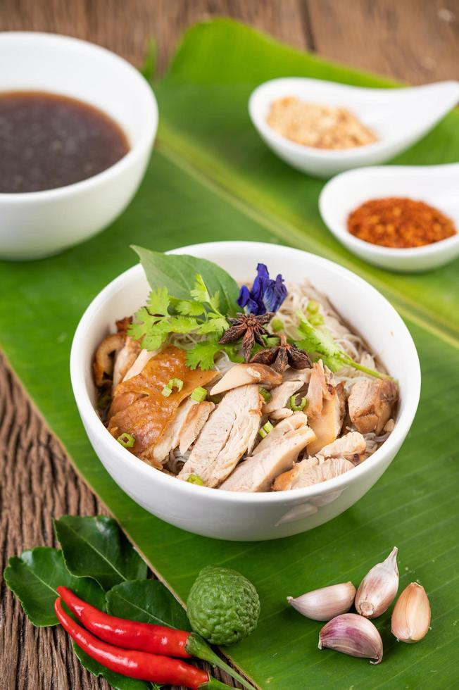 poulet et nouilles dans un bol avec accompagnements photo