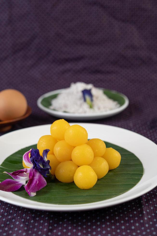 Thong yod, un dessert thaï sur une feuille de bananier photo